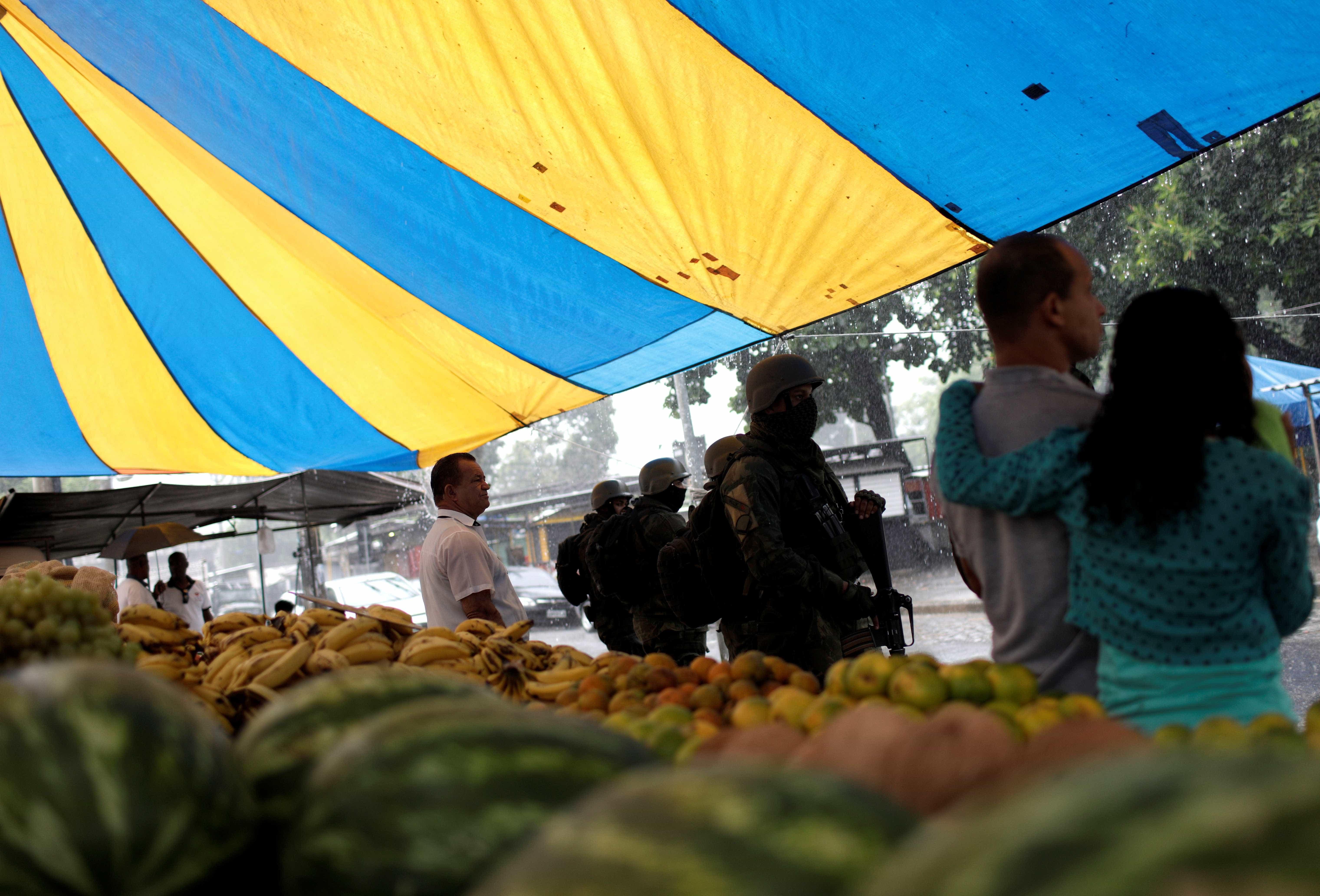 Prefeitura do Rio promete reconstruir feira na Vila Kennedy
