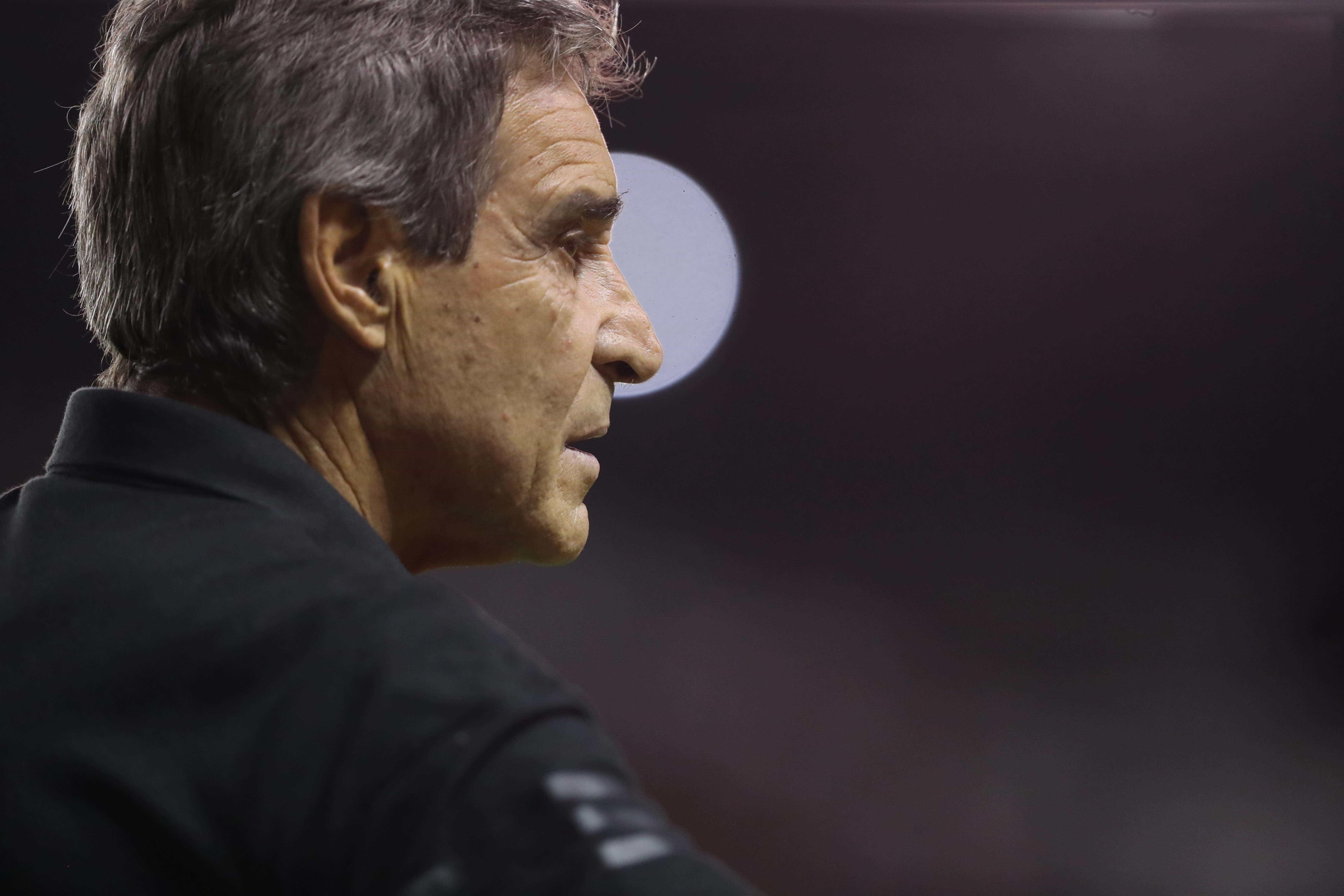 Vitória anuncia demissão do técnico Carpegiani dias antes do Ba-Vi