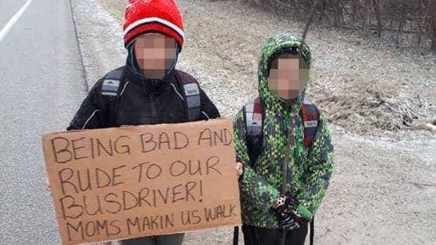 Mãe obriga filhos a caminhar 7 km após insulto à motorista