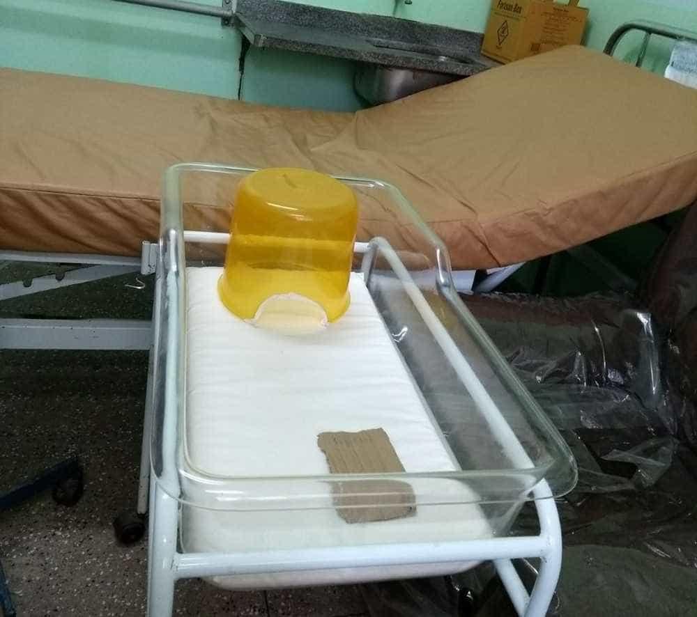 Recém-nascido morre após ficar 24h em incubadora improvisada com balde