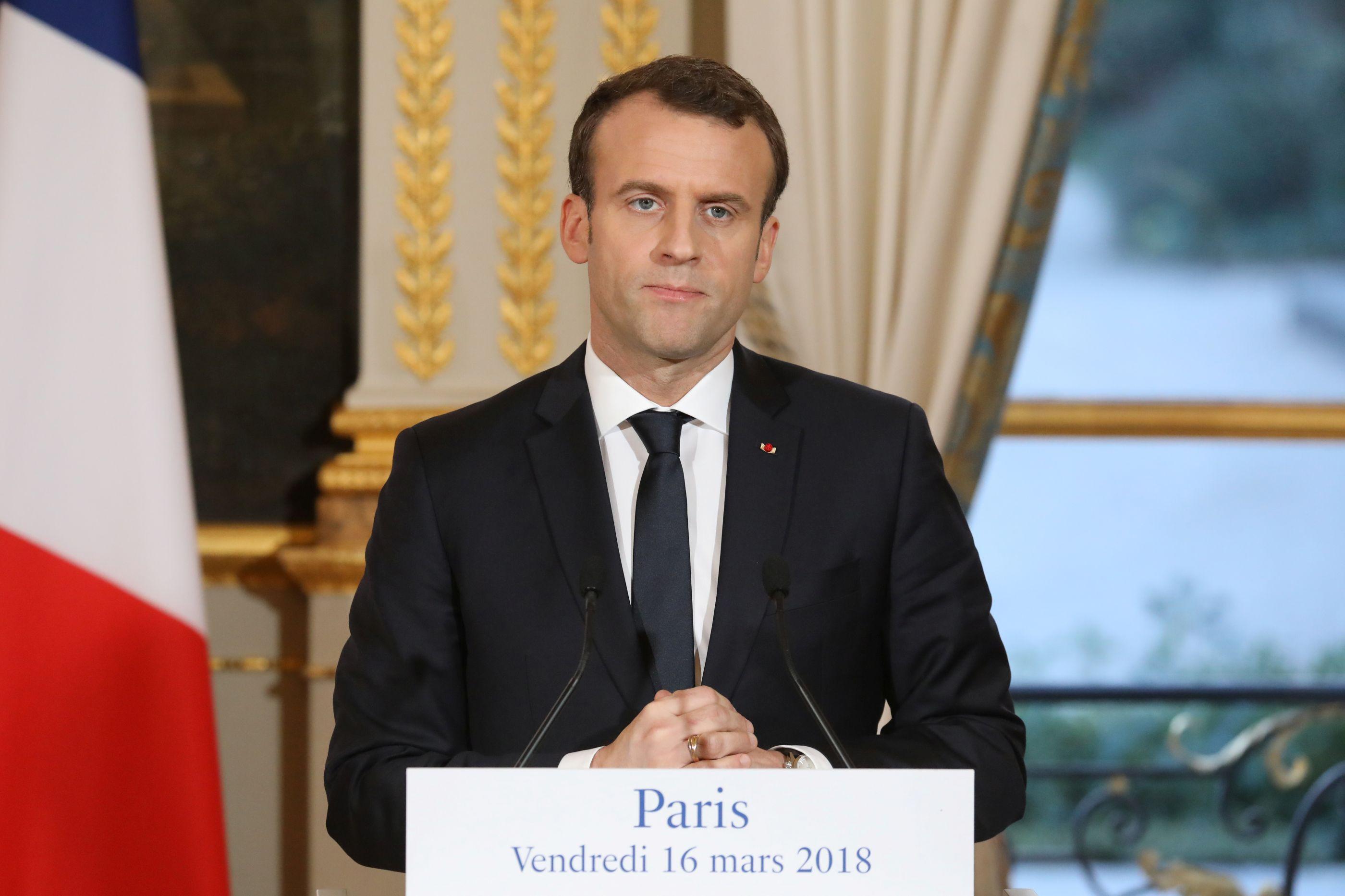 Macron aumenta salário mínimo após protestos de 'coletes amarelos'