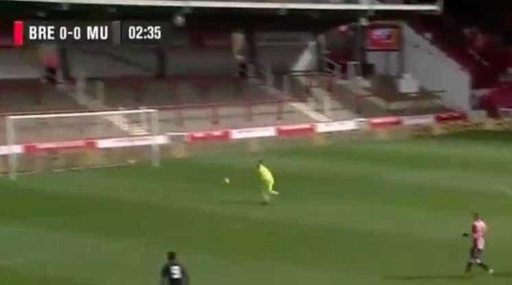 Goleiro faz gol contra bizarro na Inglaterra; veja o vídeo