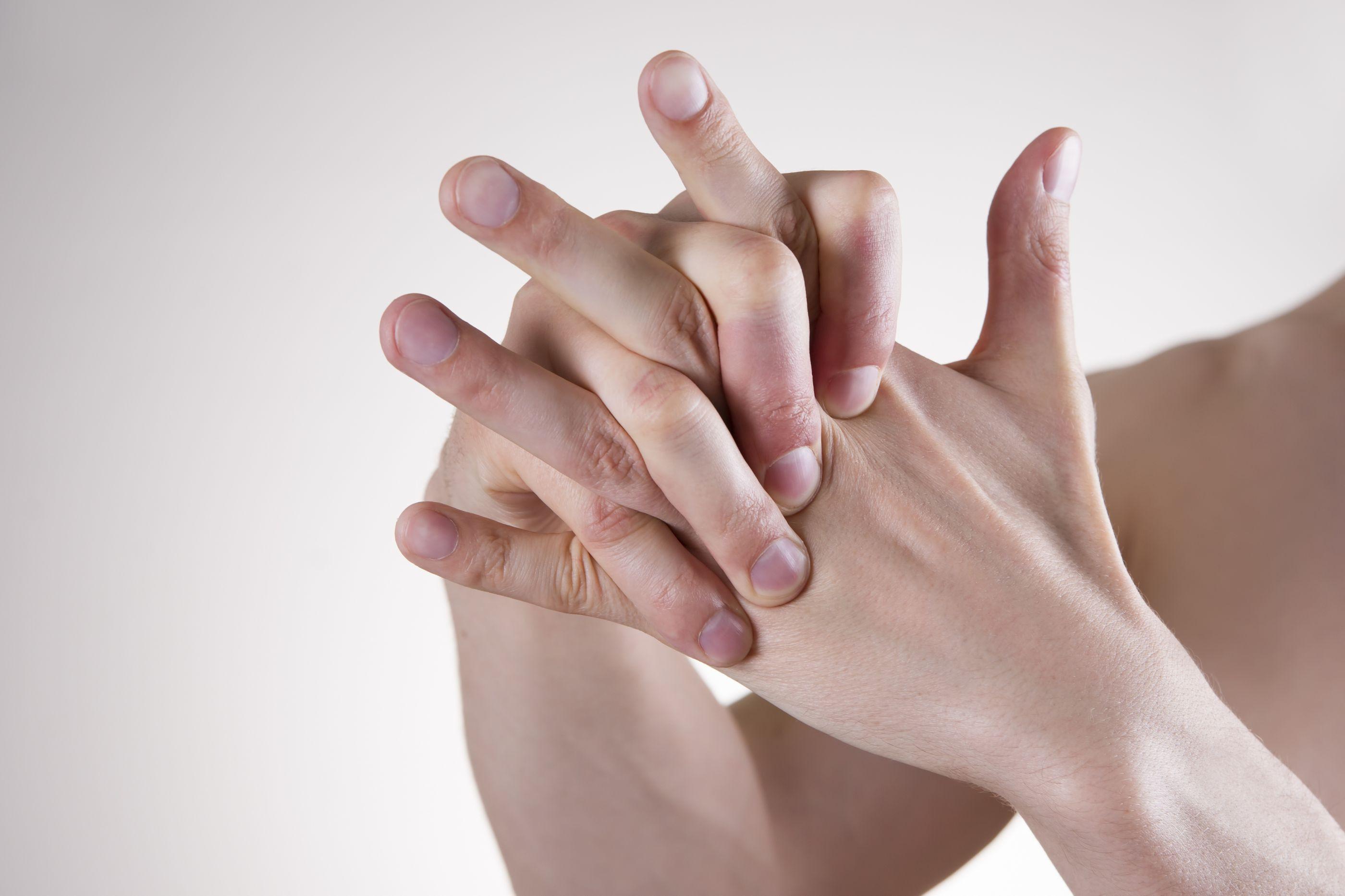 Mulher fica sem parte do dedo após discussão por causa de aluguel