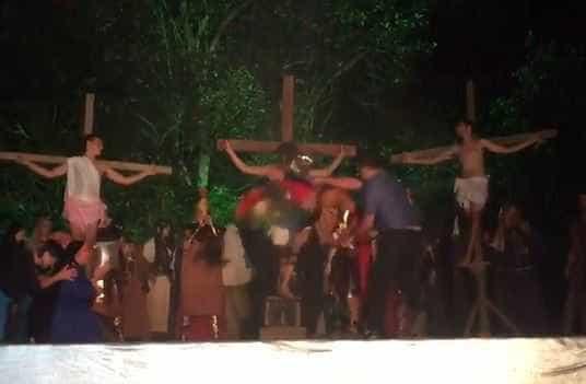 Paixão a Cristo: Homem agride ator para 'salvar' Jesus em encenação