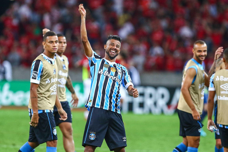 Léo Moura renova contrato com Grêmio até o fim de 2019