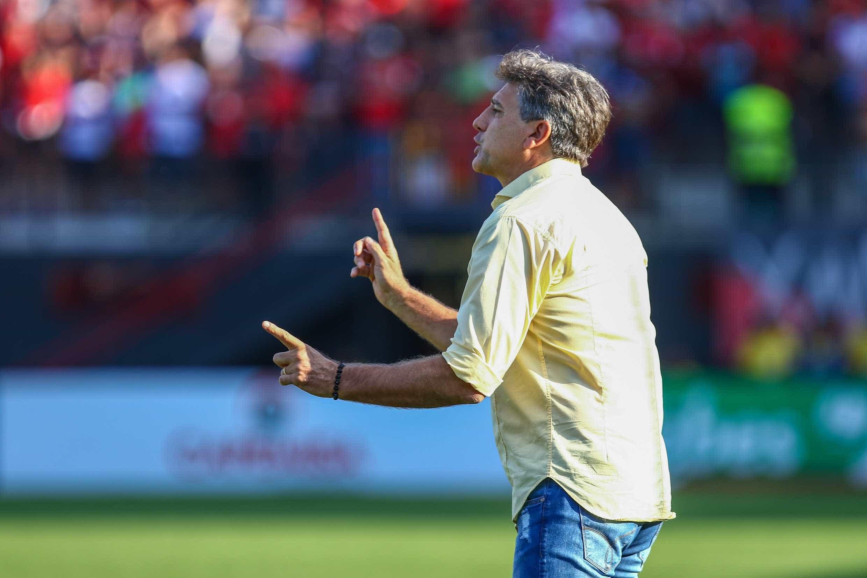 Grêmio vence disputa com Flamengo e renova com Renato Gaúcho