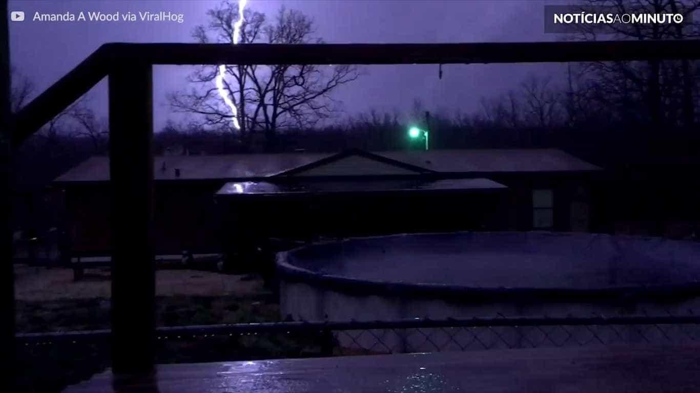 Relâmpago impressionante é filmado durante tempestade nos EUA