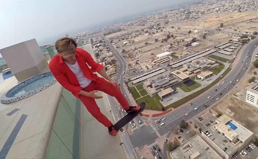 Jovem faz acrobacias arrepiantes em arranha-céu de Dubai