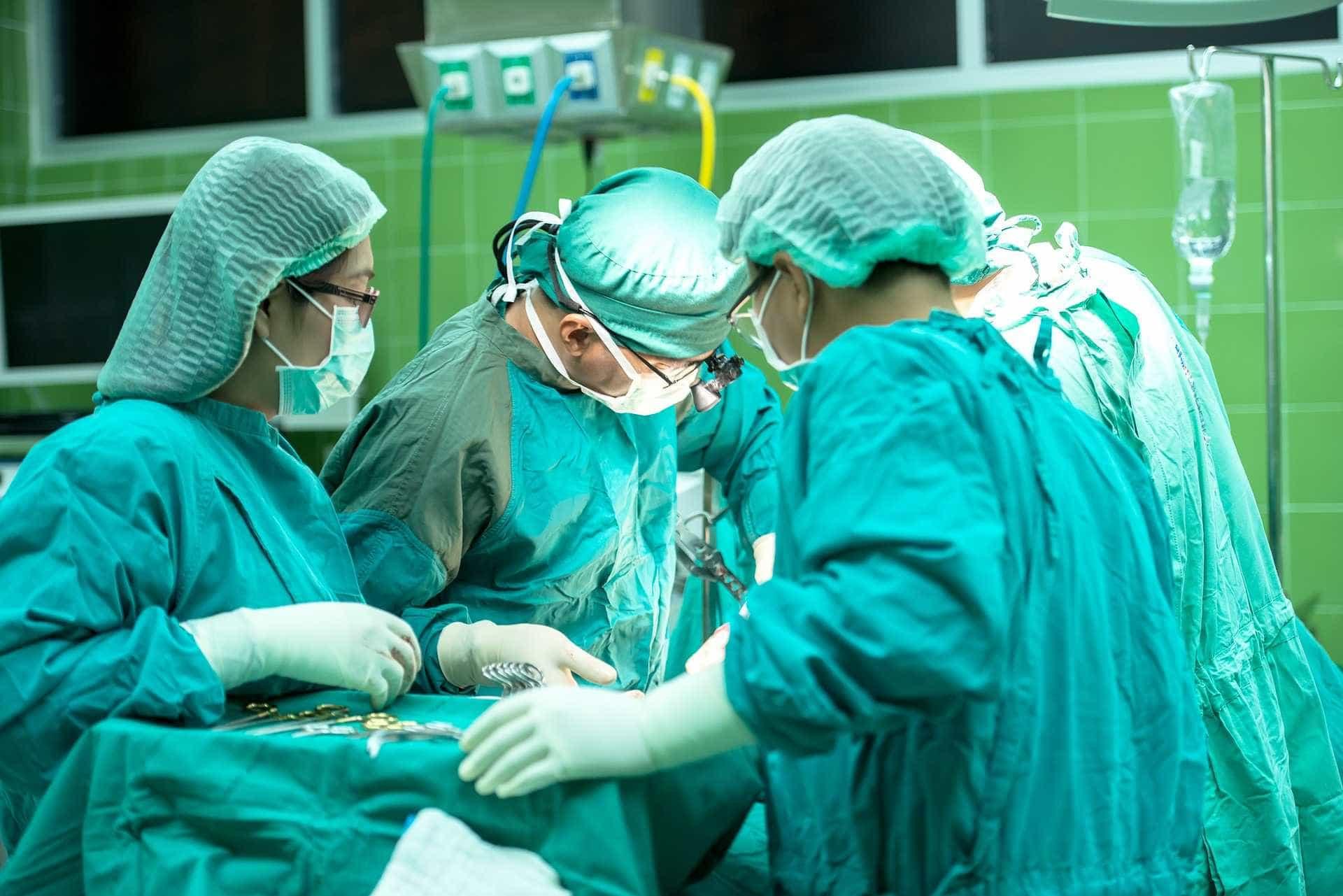 'Homem de três rostos' recebe transplante facial inédito no mundo