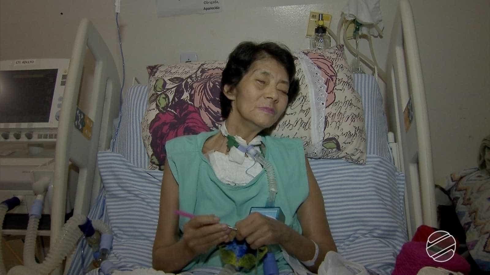 Internada, paciente cega faz crochê para ajudar no sustento da família