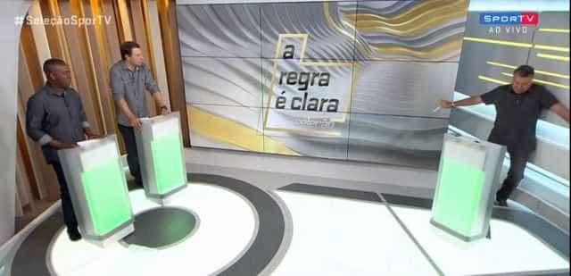 Arnaldo Cezar Coelho tropeça e quase leva tombo ao vivo
