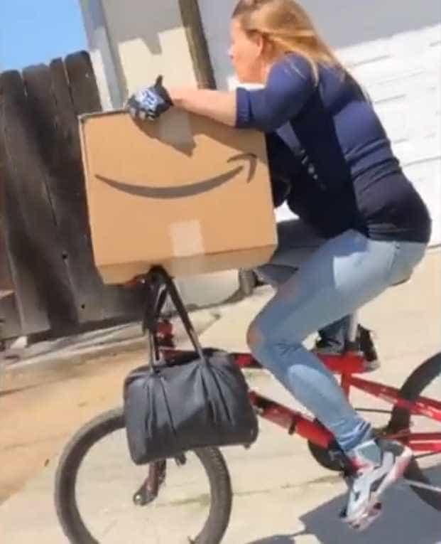 Homem persegue de carro uma ladra de encomendas; vídeo