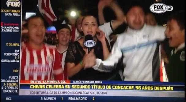 Repórter dá 'microfonada' em homem após ser assediada