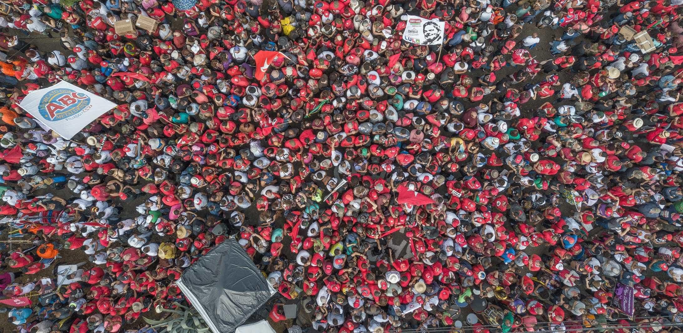 Dia do Trabalho reúne 2 mil em ato pró Lula na PF em Curitiba
