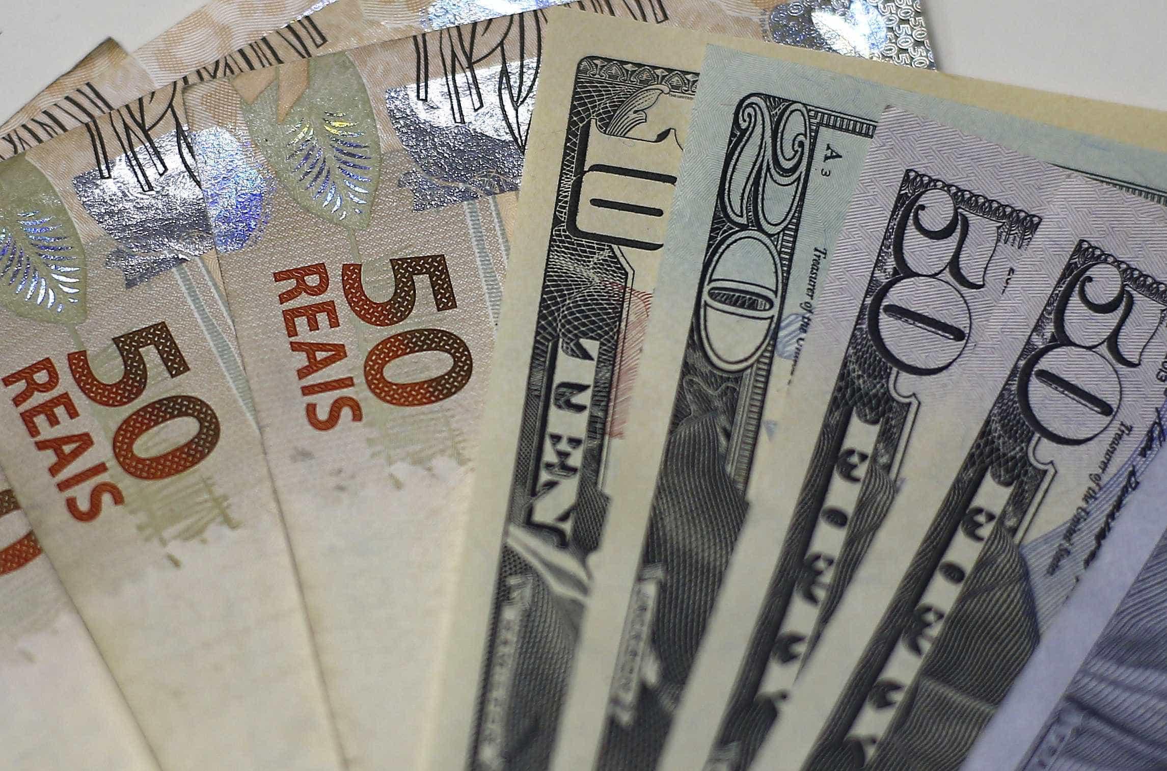 Dólar cai quase 2% e fecha abaixo dos R$ 3,80 pela 1ª vez em 2 semanas