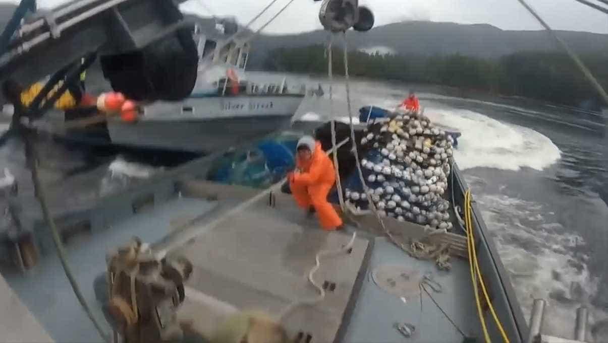 Acidente violento entre navios de pesca no Alasca