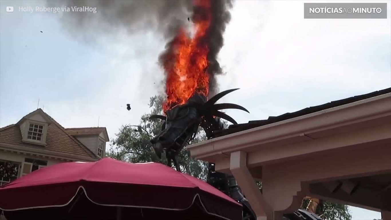 Carro alegórico pega fogo em pleno desfile na Disney