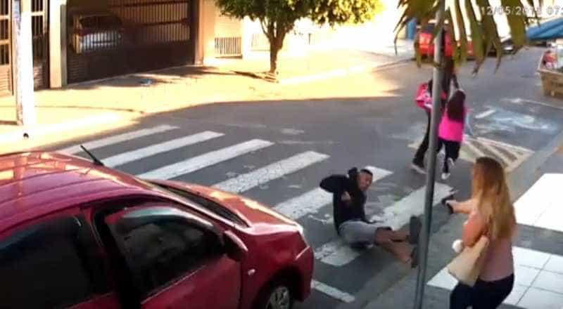 Polícia chega a suspeito de ajudar ladrão morto por PM mãe