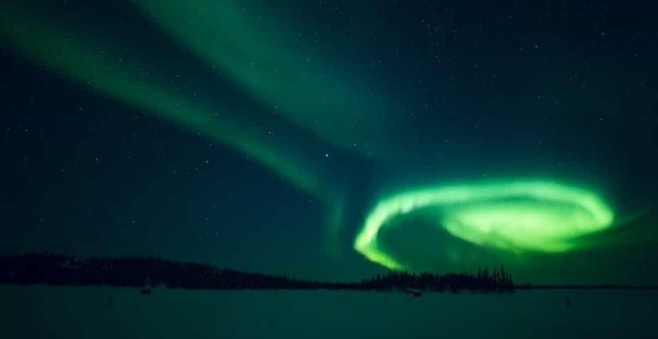 Aventureiros filmam aurora boreal incrível no Canadá