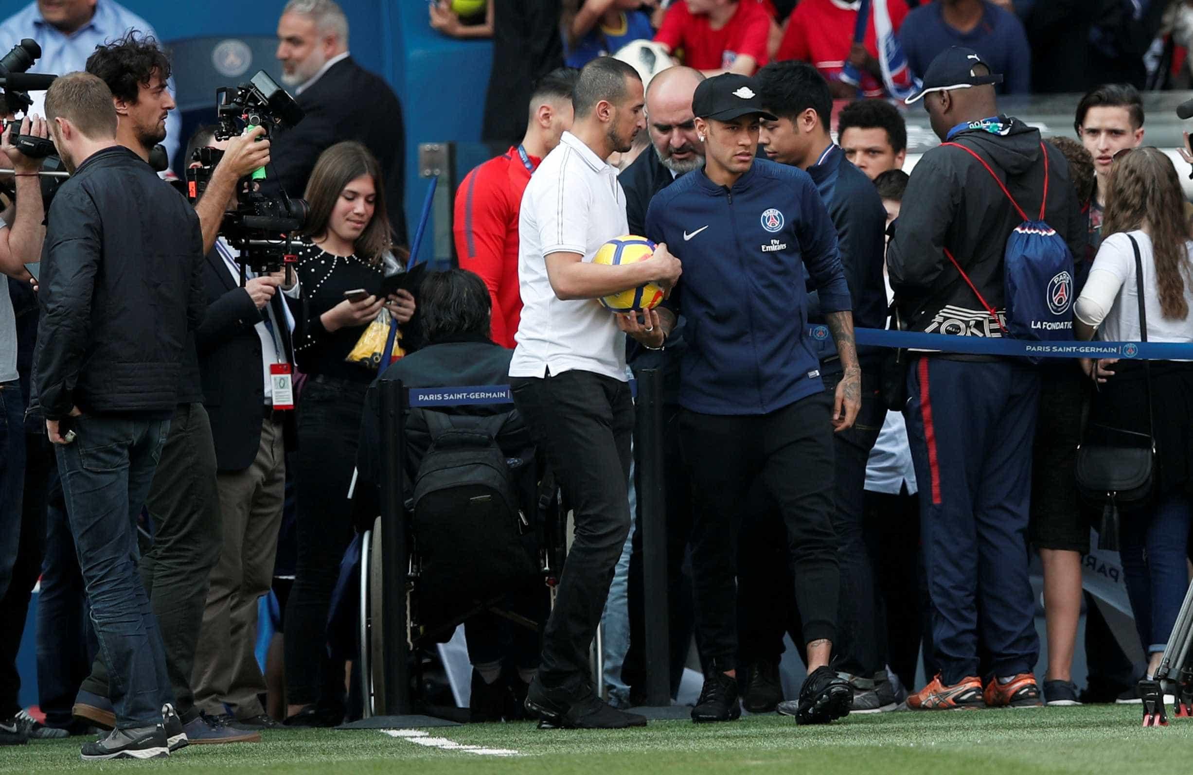 Neymar atende fãs, mas não participa de treino aberto do PSG