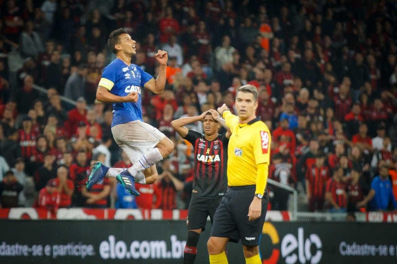 Cruzeiro vira sobre o Atlético-PR em Curitiba