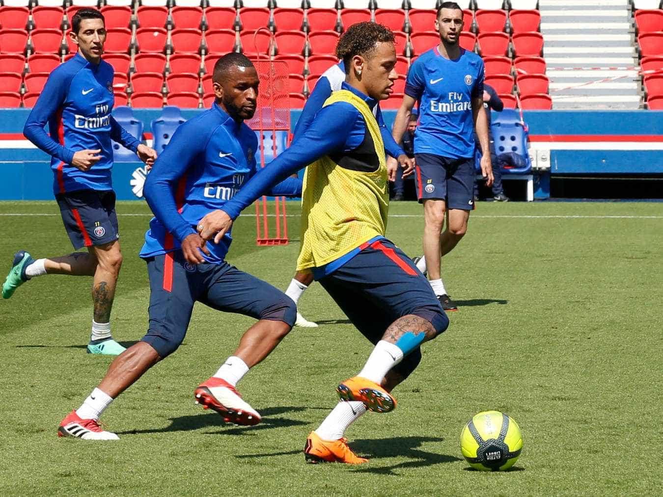 Neymar faz primeiro treino com bola ao lado dos companheiros do PSG