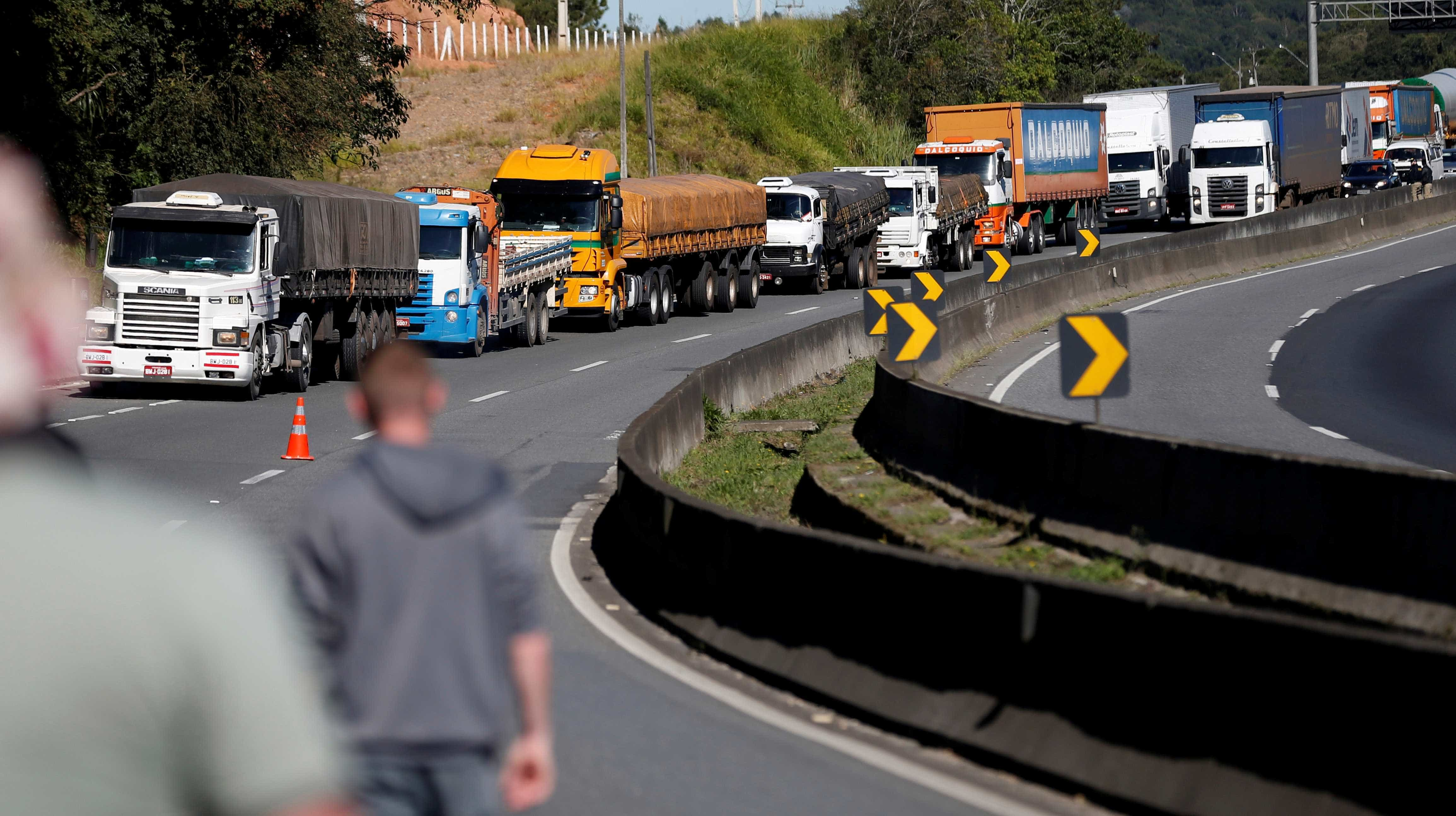 Em 2º dia de protestos, caminhoneiros bloqueiam rodovias em 20 estados