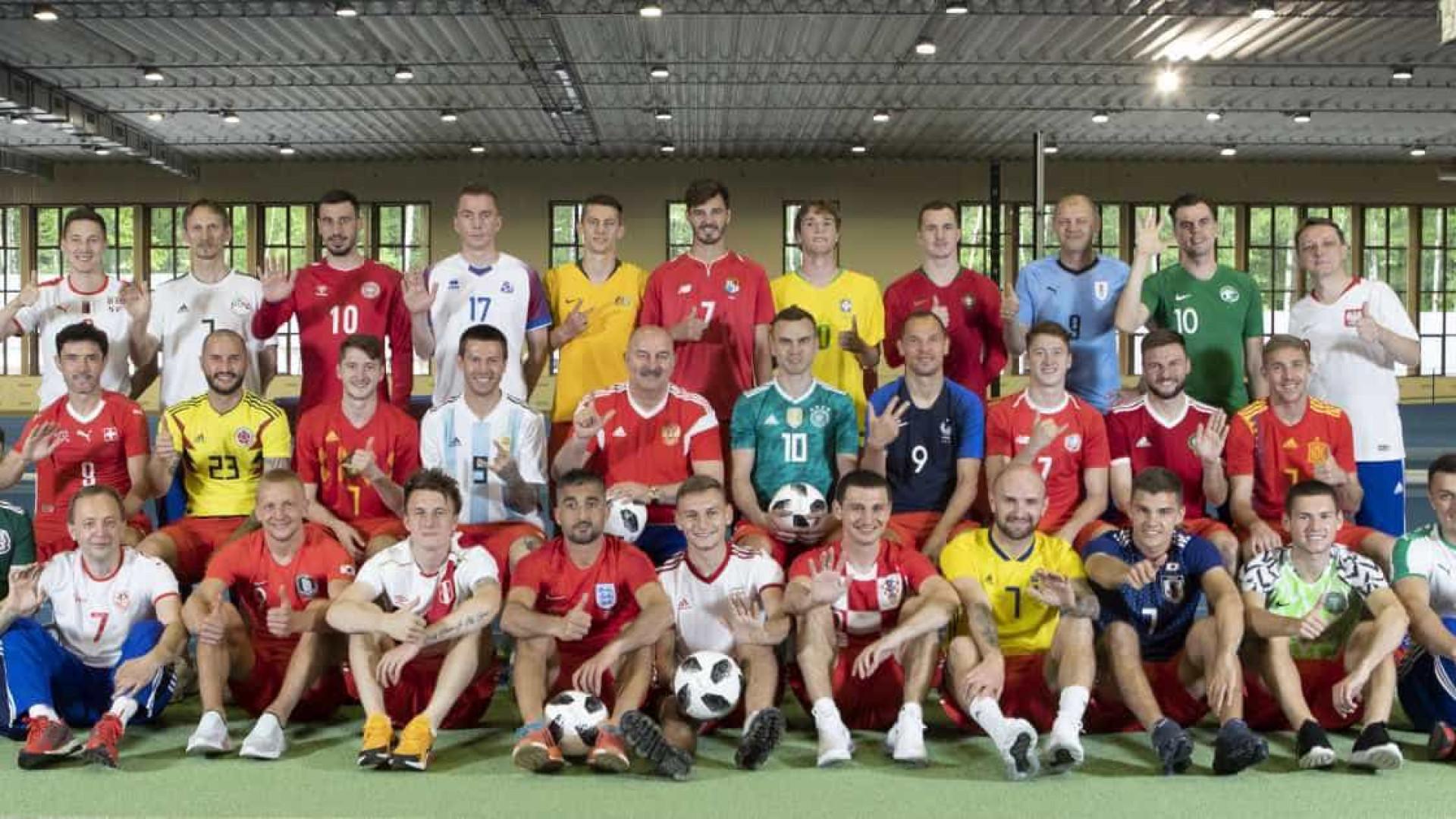 Jogadores da Rússia posam para foto com as camisas de todas seleções 996596cbcdae6