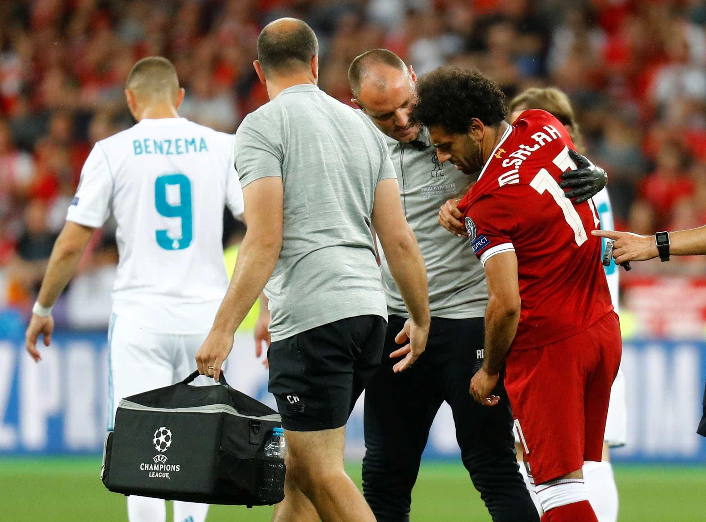 Salah sai de campo chorando após lesão no ombro