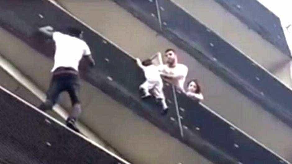 Imigrante escala prédio e salva criança pendurada na sacada em Paris