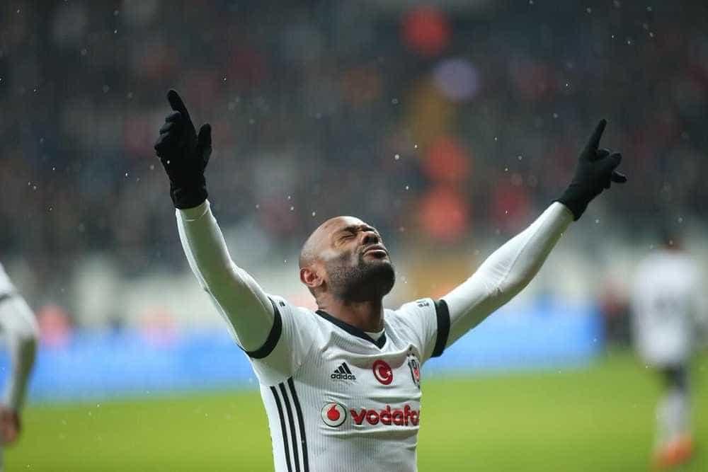 Vagner Love rescinde com Besiktas e pode voltar ao Corinthians