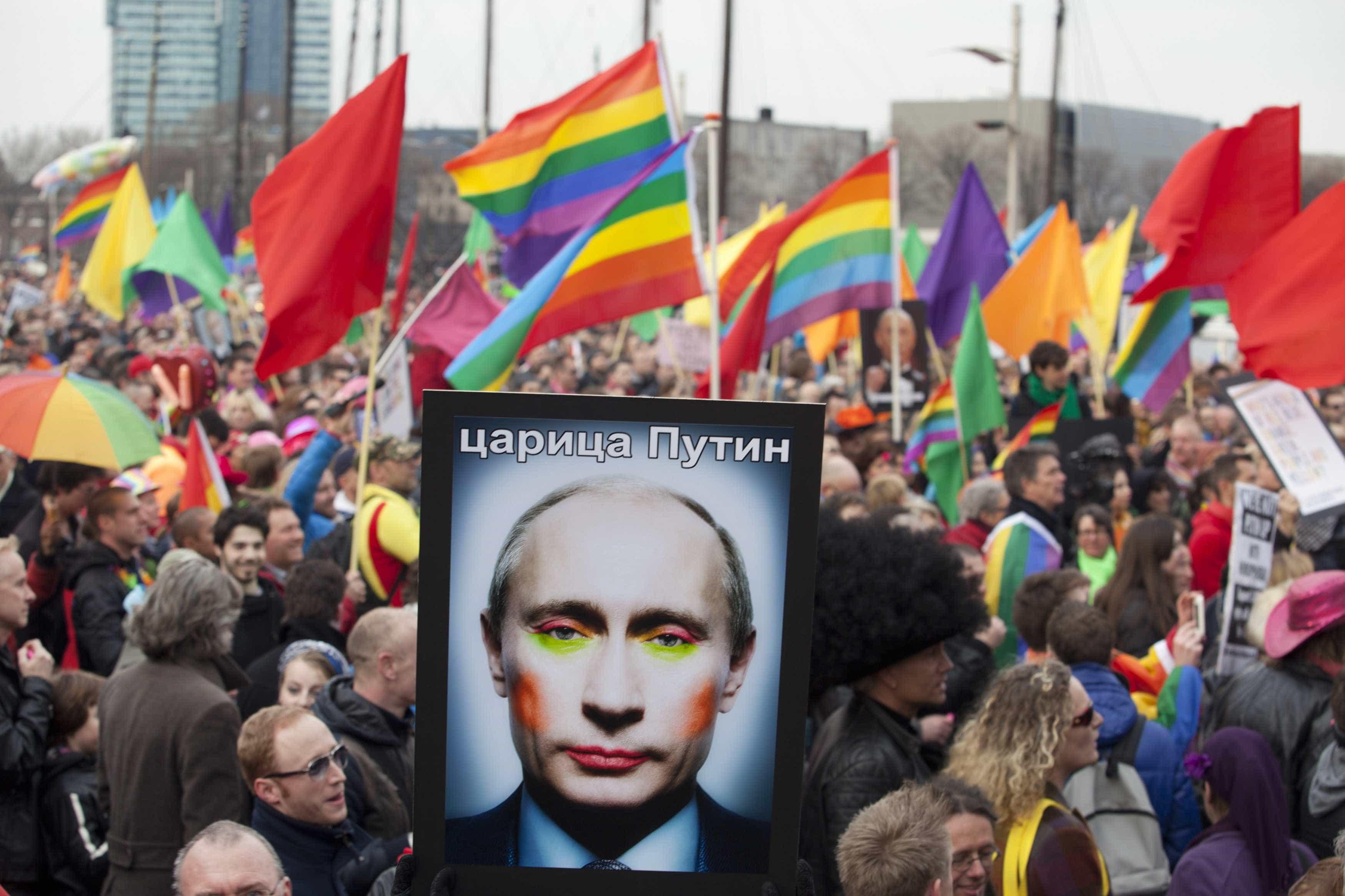 Grupo paramilitar impedirá carícias entre gays durante Copa
