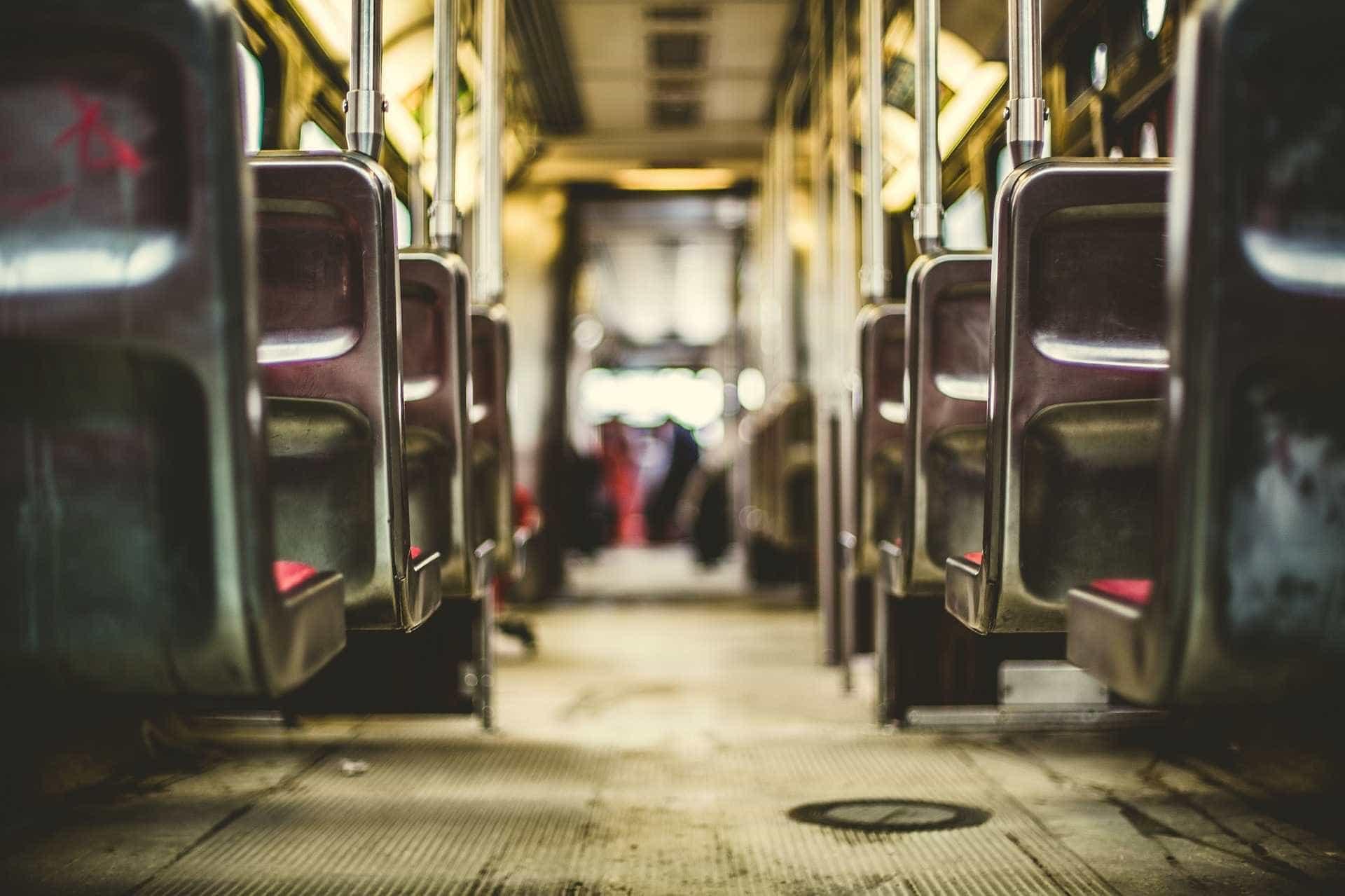 Homem anuncia assalto em ônibus, é surpreendido pela mãe e apanha