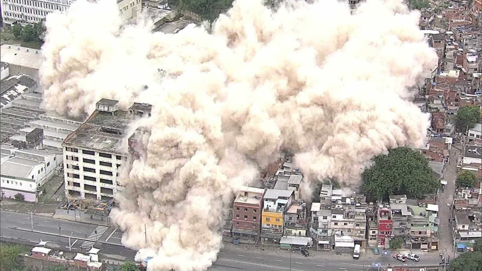Prédio do IBGE, no Rio, é implodido para dar espaço a casas populares