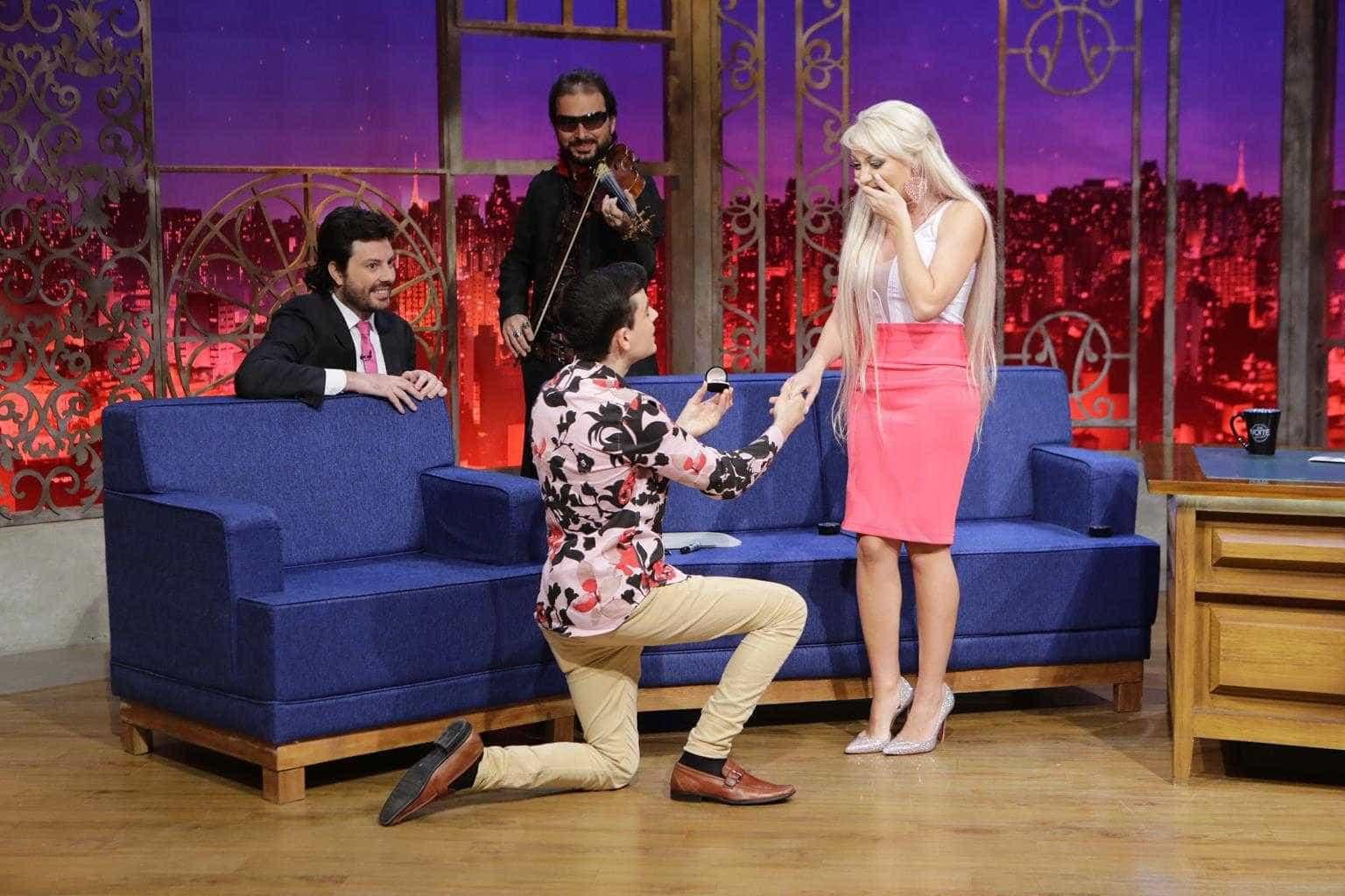 Dudu Camargo pede 'Barbie Humana' em namoro na TV