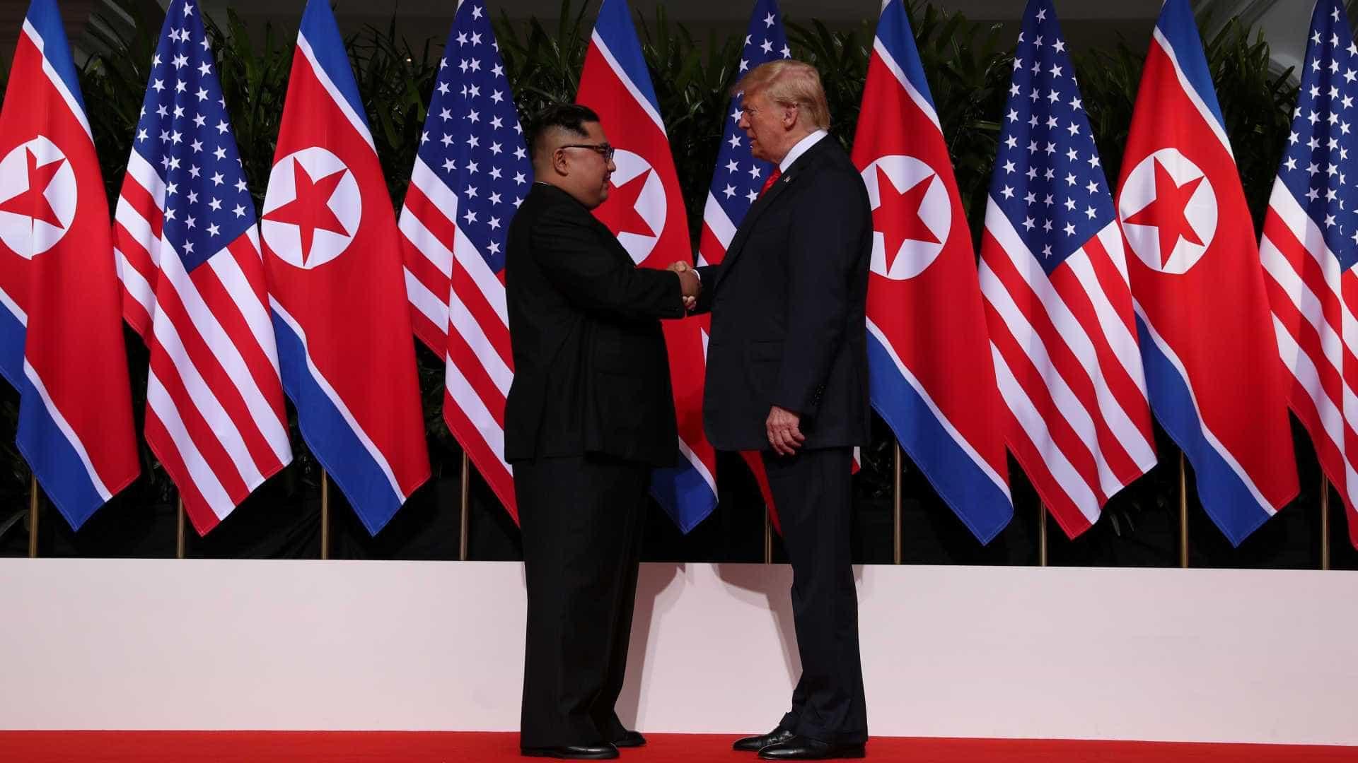 Trump e Kim apertam as mãos em encontro inédito