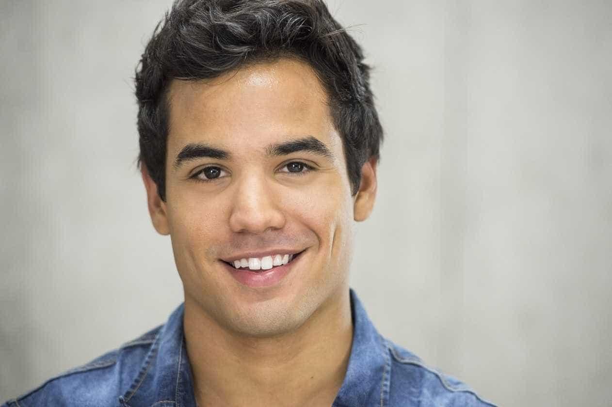 Ex-'Malhação' Bruno Gadiol assume ser gay e beija cantor em clipe