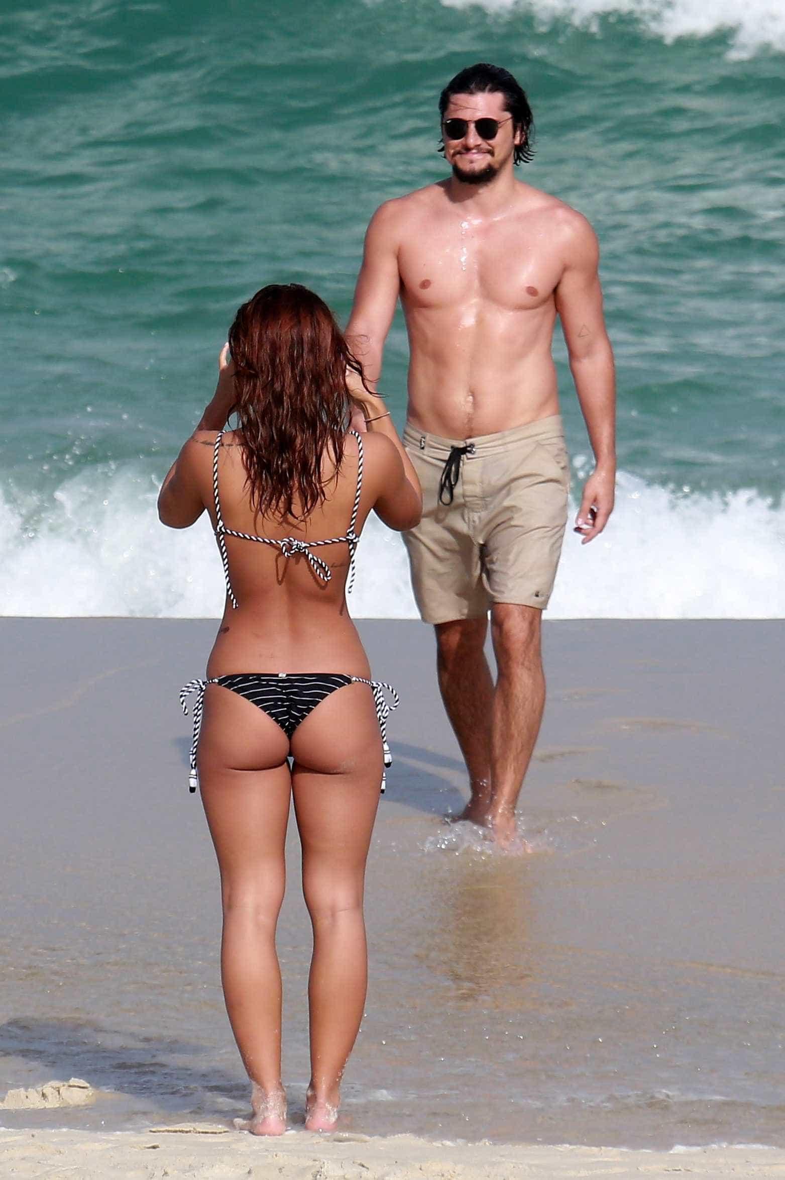 Bruno Gissoni e Yanna Lavigne namoram e exibem corpos sarados na praia