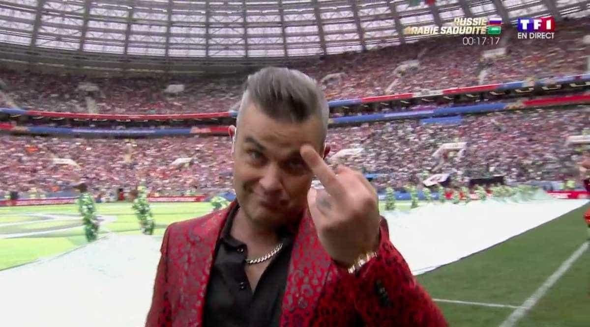 Robbie Williams mostra dedo do meio durante abertura da Copa