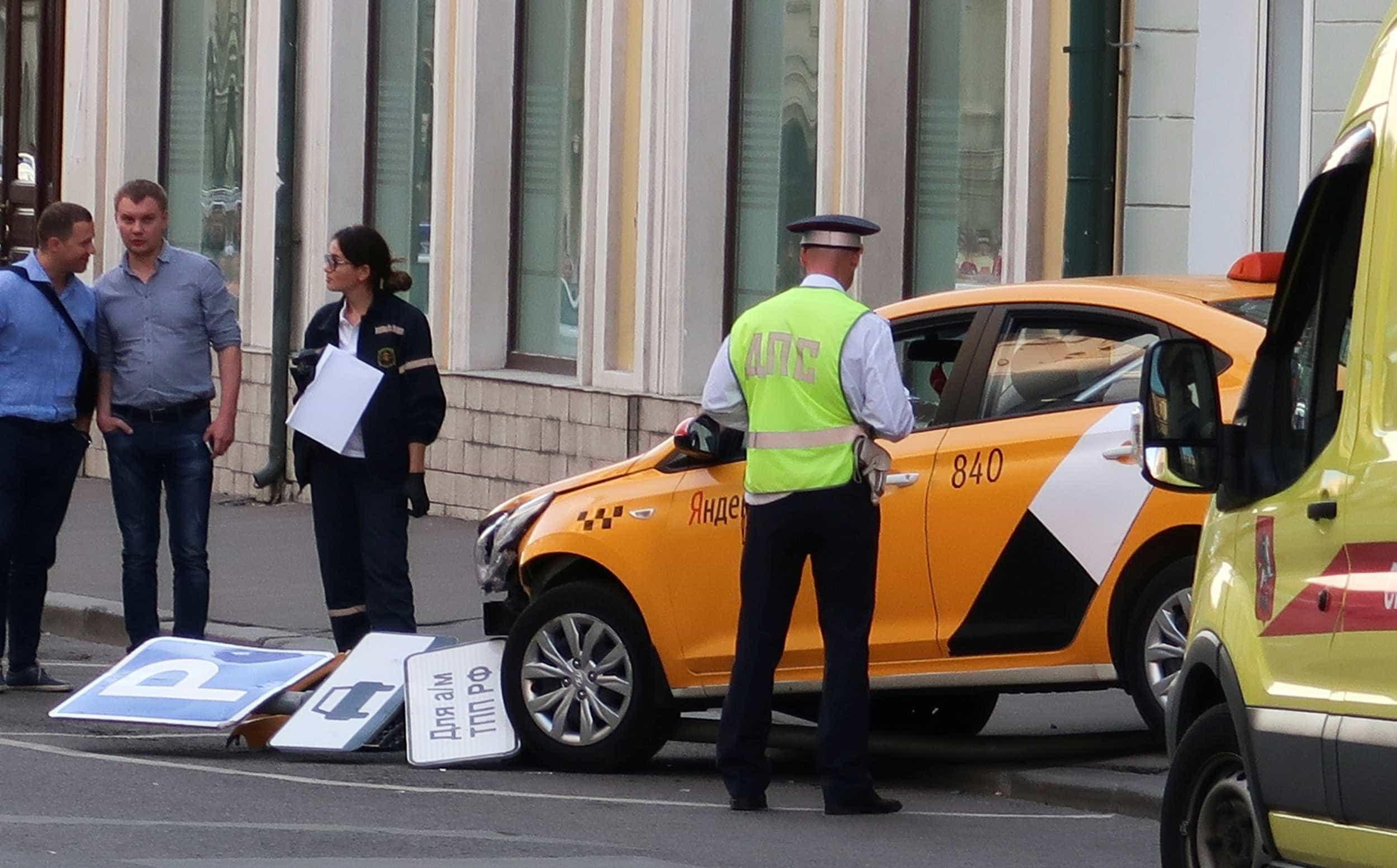 Vídeo mostra momento em que táxi avança sobre multidão em Moscou