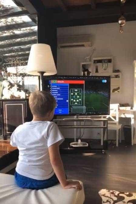 Filho de Neymar acompanha jogo pela TV