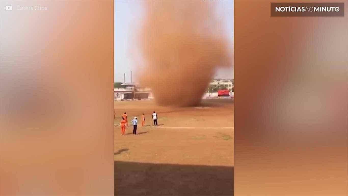 Tornado interrompe jogo de cricket na Índia