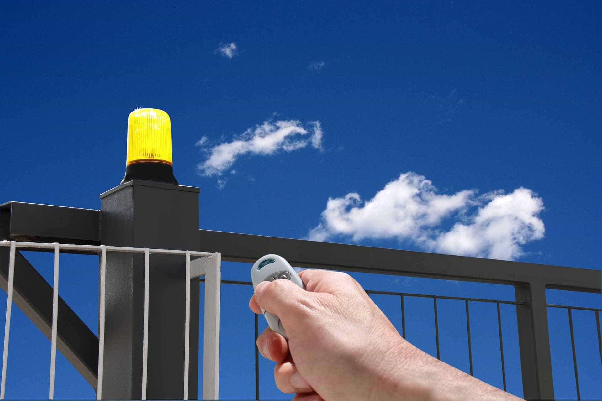 Nova lei em SP proíbe que portões automáticos invadam calçadas