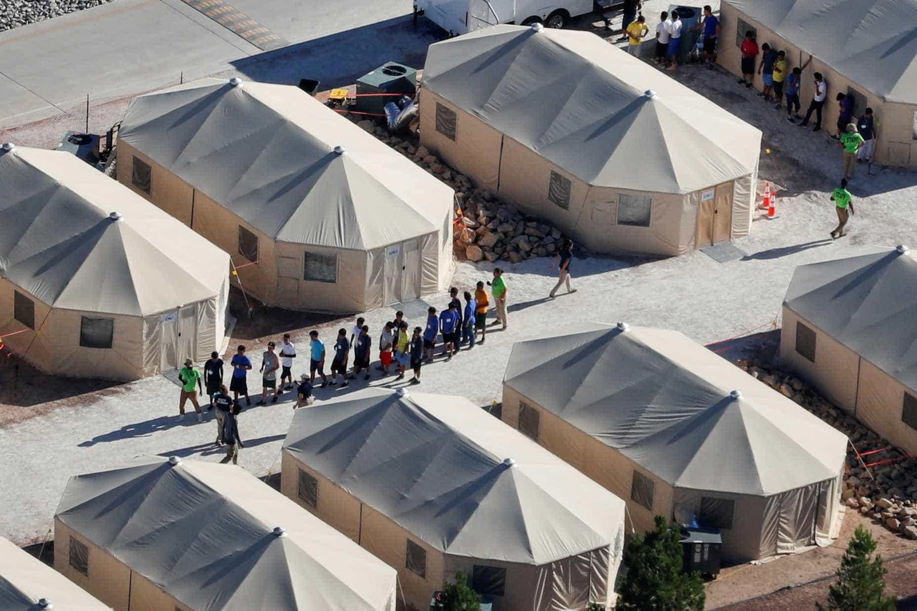 Governo dos EUA reúne 57 crianças imigrantes aos pais