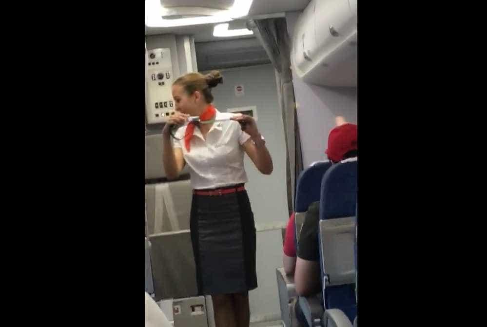 Torcedores brasileiros fazem piadas sexuais a comissária de bordo russa