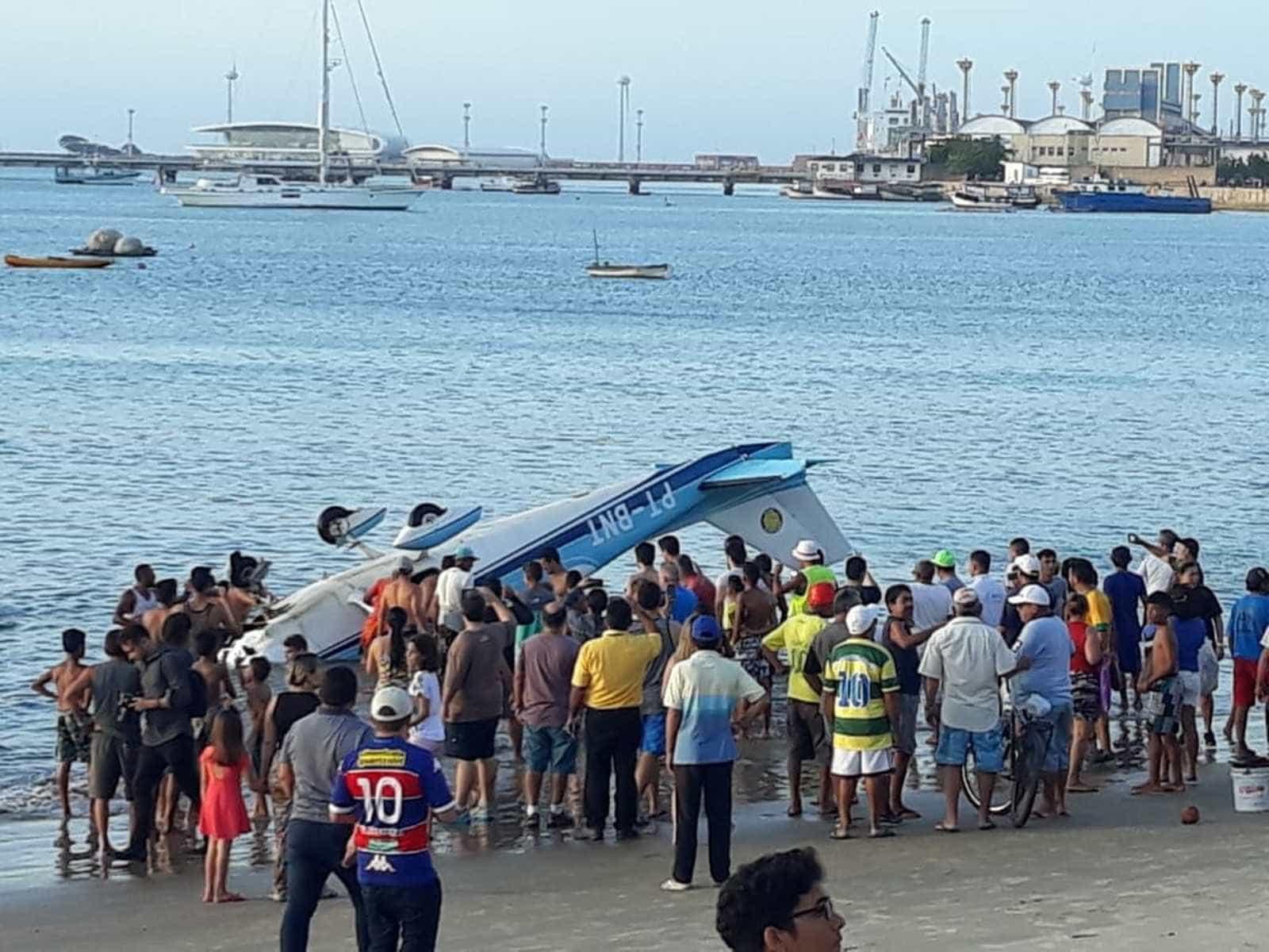 Avião perde controle e cai no mar de Fortaleza