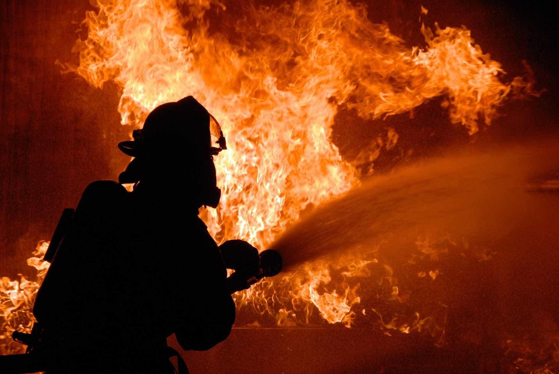Homem ateia fogo em casa, tranca os pais dentro e mata sobrinho no PR