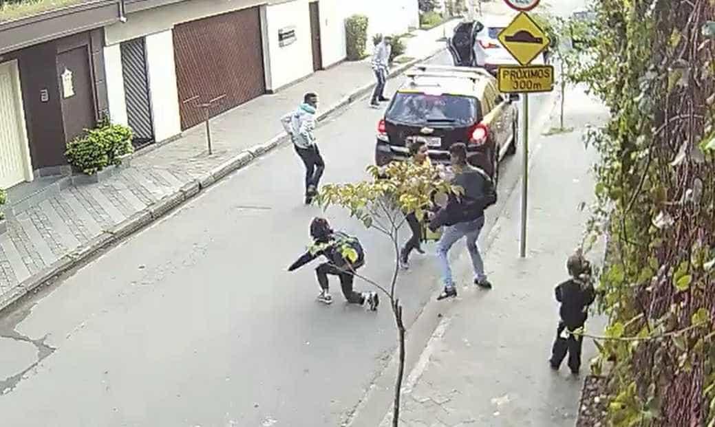 Vídeo: quadrilha assalta mulher e crianças no bairro Morumbi em SP