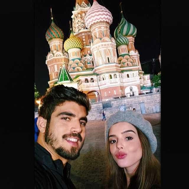 Giovanna Lancellotti e Caio Castro posam juntinhos na Rússia