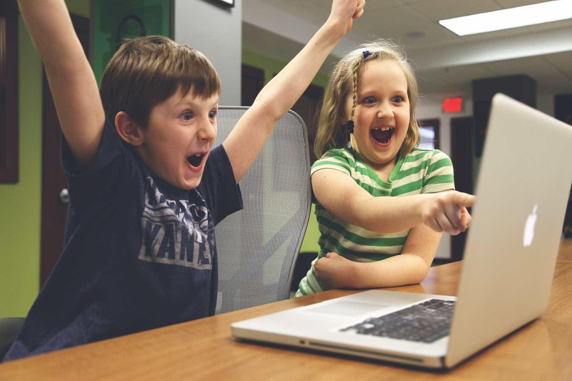Quase metade das crianças gastam mais de 3 horas diárias no YouTube